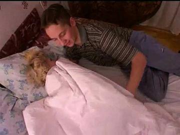 Русская зрелая мама и друг ее сына!