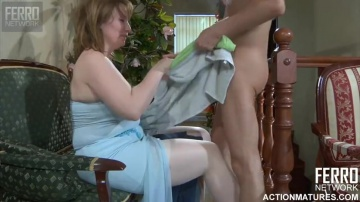 Зрелая FLO срывает с паренька полотенце