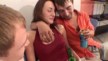 Два русских друга напоили девушку и отодрали по дружески