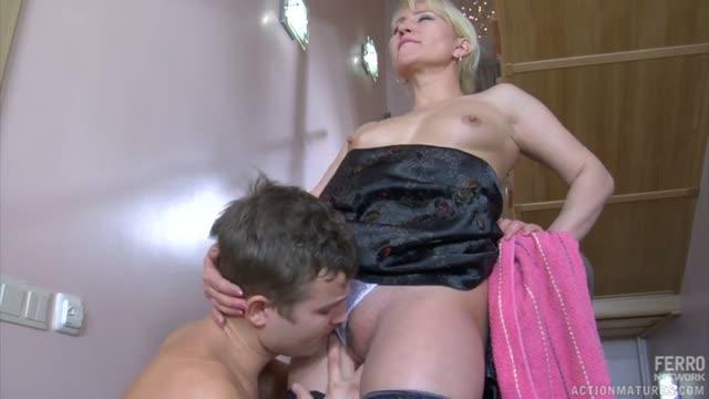 Пацан ебет зрелую блондинку в пизду благодаря захлопнутой двери