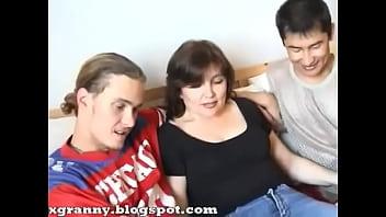 Зрелая мама в тройничке с мальчиками