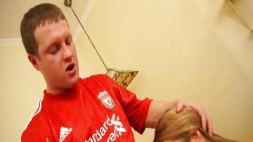 Ливерпульский болельщик в Санкт-Петербурге оторвался на секси девахи