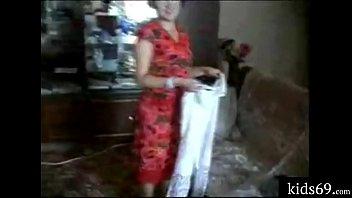 Русская мама и молодой сын кувыркаются на диване винтажное видео