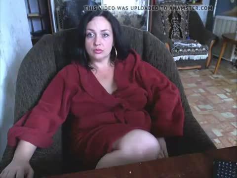 Русская мамка в привате распахнула халатик