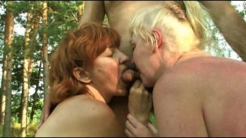 Один мужик ебет в лесочке Веронику и ее подргу.