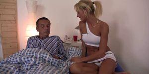 Блондинка подбала про хворого таткові