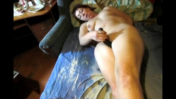 Зрелая Лили мастурбируют с двумя большими длинными дилдо