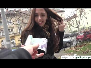 Русская брюнетка зарабатывает быстрые деньги, сверкая трусиками незнакомцу