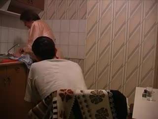 Молодой зеленый 18 летний студент на кухне раздвигает ноги опытной 40 летней хозяйке