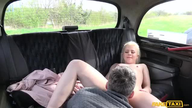 Сором'язлива російська блондинка 19 років з натуральними цицьками в моєму таксі.