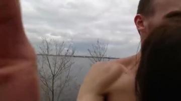 Причудливый русский открытый секс у реки Волги